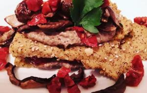 Chips di polenta taragna, hummus di ceci neri, funghi porcini e pomodori secchi