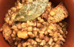 Zuppa di farro e roveja aromatizzata al timo e alloro