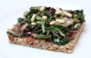 Tortino di grano saraceno con pomodorini secchi, olive e verdure saltate