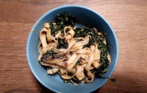 Noodles con crema di sesamo e miso, cavolo nero e funghi shitake