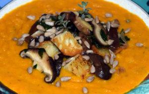 Crema di carote e zucca con crostini, shiitake e semi di girasole