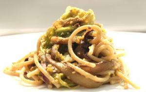 Spaghetti con verza, radicchio e pistacchi