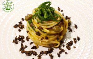 Spaghetti di riso agli agretti con verdure capperi e olive