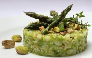 Riso integrale con asparagi e pistacchi