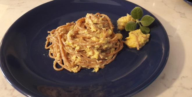 Spaghetti di farro al ragù di tofu, porri e uvetta