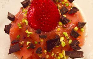 Mousse di fragole con granella di pistacchi e scaglie di cioccolato fondente