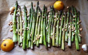 Asparagi al forno con limone e pinoli
