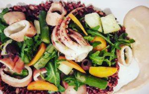 Insalata di riso rosso integrale con totani e verdure al vapore