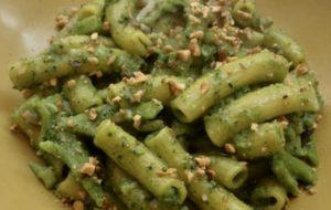 Pasta integrale con pesto di broccoli e nocciole tostate.
